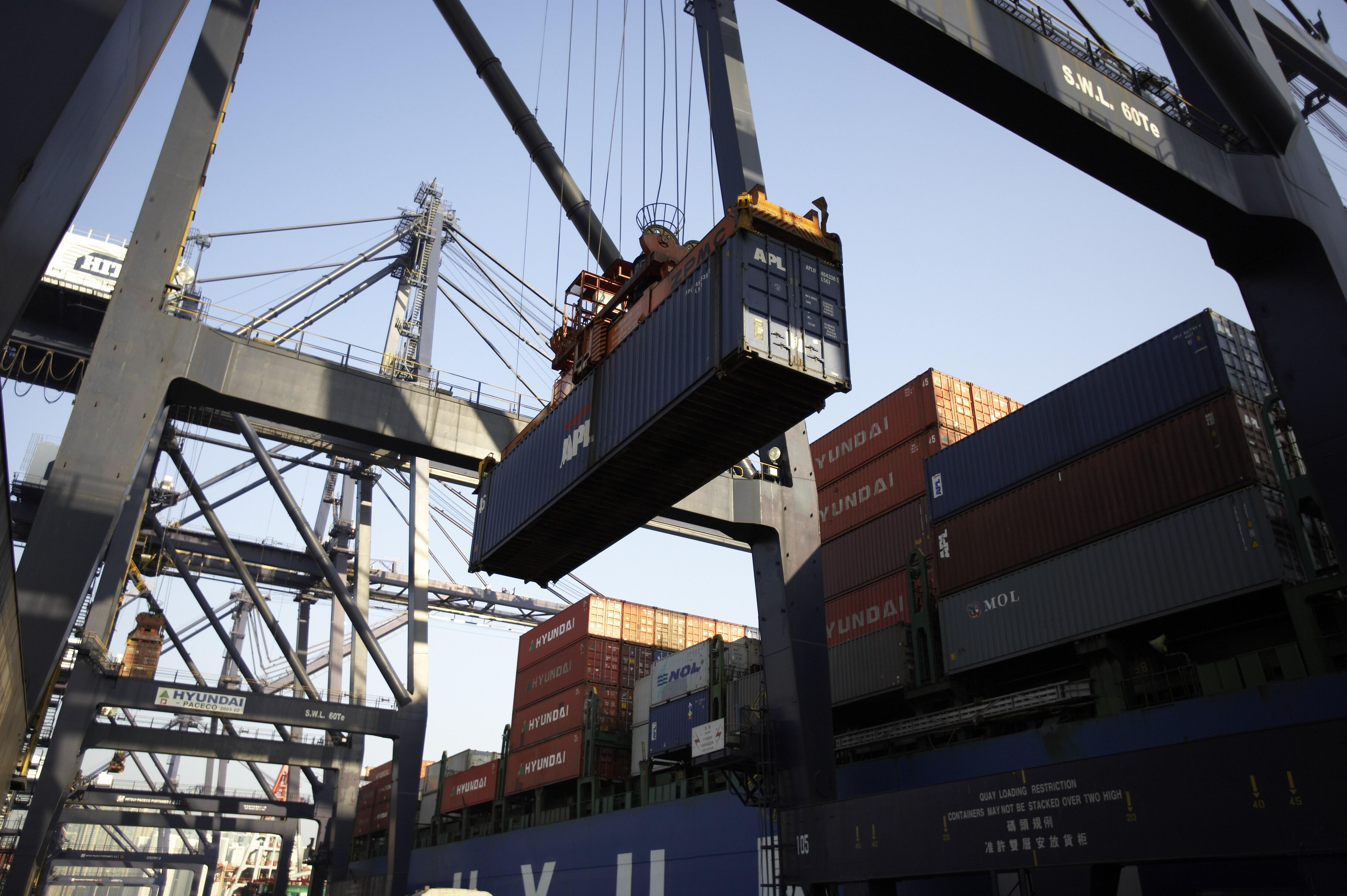 امحای کالای وارداتی غیرقابل ترخیص و بدون مجوز در حوزه وظایف گمرک نیست/ گمرک در قبال کالاهای خارج از قلمرو خود مسئولیتی ندارد